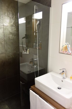Bohem Art Hotel: Modern New Bathroom