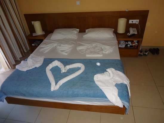 Creta Palm: Our room - either side of the heart are swans - not clear from the pic!