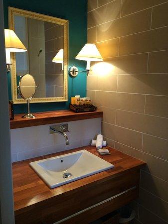 Royal Emeraude Dinard - MGallery Collection : Une partie de la salle de bains