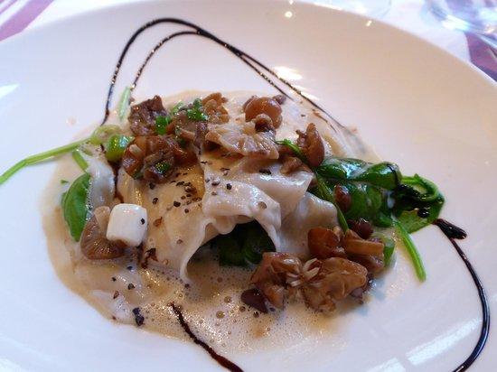 L'Instant: Ravioles de Ricotta, mousserons, bouillon crémeux et pousses d'épiinard, délicieux !