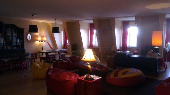 Lisbon Poets Hostel: Гостиная