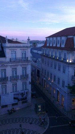 Lisbon Poets Hostel: Вид из окна номера