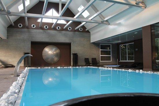 La Source des Sens : piscine intérieure du spa