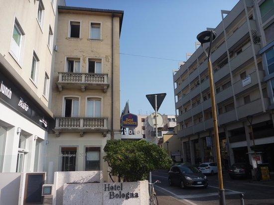 Best Western Plus Hotel Bologna: 駅を出たら、すぐ目の前