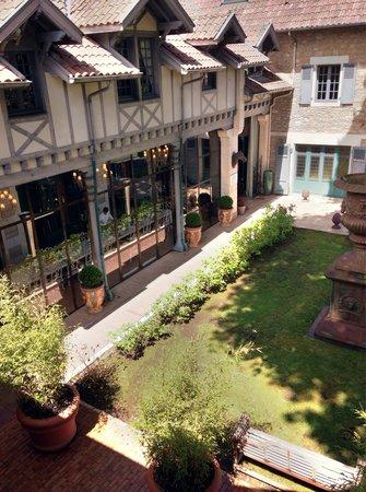 Le Beaumanoir: The courtyard