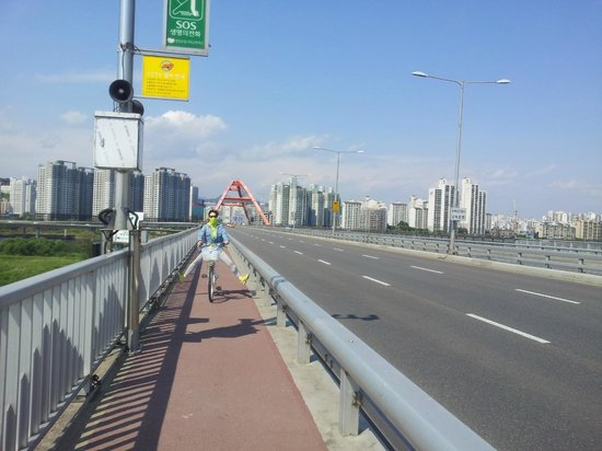 Parque Hangang: Crossing Sogang Bridge by bike