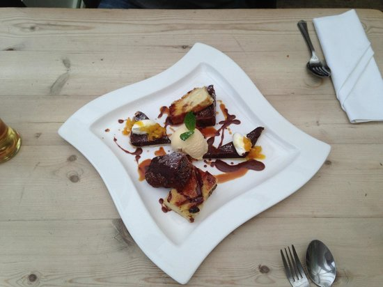 Dunbridge, UK: Trio of desserts. Mmmmmm yummy!