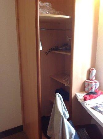 Ibis London Wembley: wardrobe