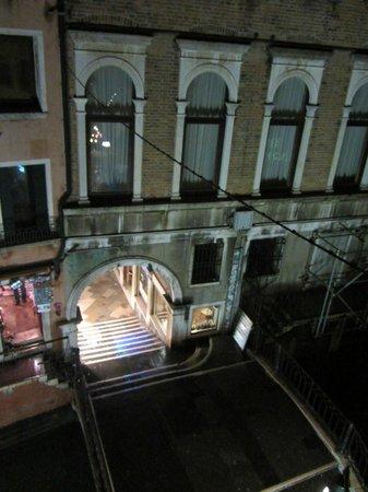 Hotel Royal San Marco: vista dalla camera (appena dietro a quel portico, c'è Piazza San Marco)