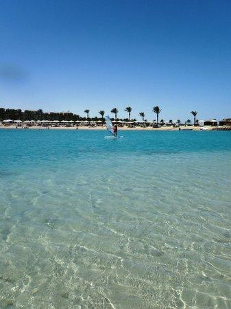 Hilton Hurghada Resort : Piccola striscia di sabbia che si forma di fronte alla spiaggia