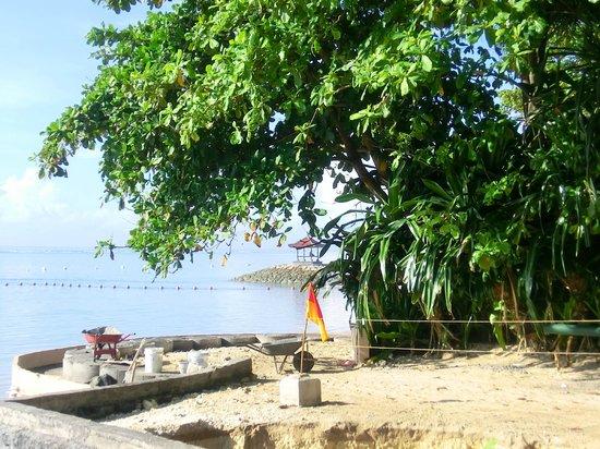 Novotel Bali Benoa: Reparatur der entstandenen Schäden am Strandweg durch das Unwetter Mitte Mai 2014