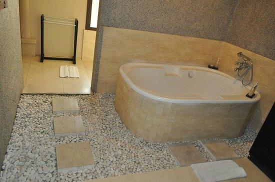 Bali Rich Luxury Villa: bathroom with spa bath
