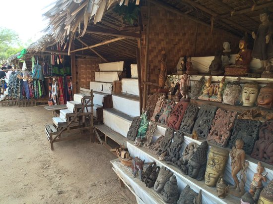 Temples de Bagan : Loads of interesting shops like this over there.Price can be high so good to ask to get better p