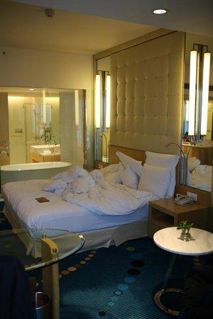 Renaissance Shanghai Yu Garden Hotel: Zimmer vom Fenster aus fotografiert