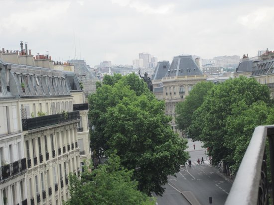 Paris France Hotel: view towards Republique