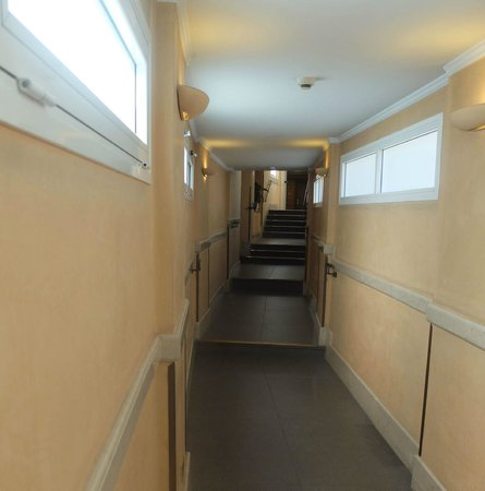 King Hotel : Access to rear rooms has this obstacle course enroute