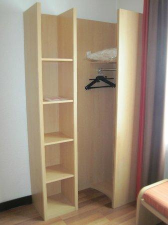Ibis Lyon Centre Perrache: Wardrobe