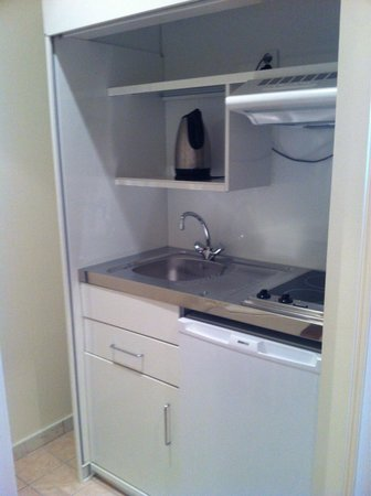 Hotel Castel Jeanson: Ikea style kitchenette without any cups, cutlery or yea and coffee. Odd.