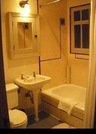 Chateau Marmont: Pool side cottage bathroom