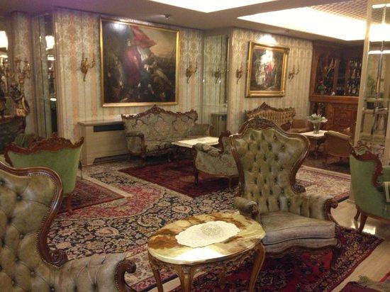 Hotel Palais Porcia: Великолепный холл
