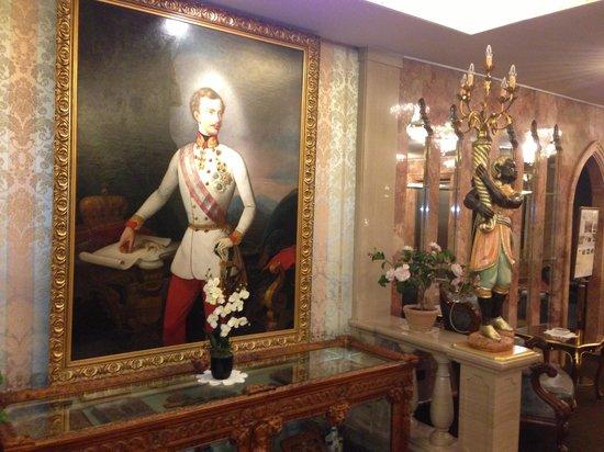 Hotel Palais Porcia: Старинные картины и антикварная мебель