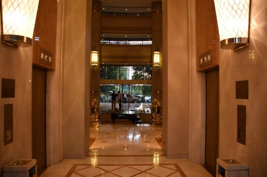 Hotel Santiago: Looking to front door from the lifts