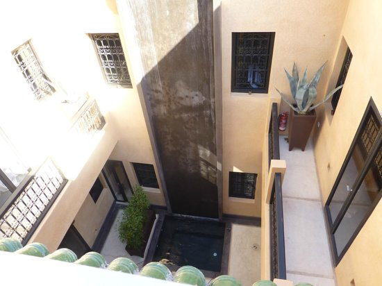 Riad Ambre et Epices : View from the terrace down into the atrium.