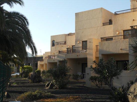 Blue Sea Costa Teguise Gardens: Una vista de los apartamentos