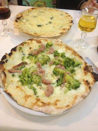 Li Rioni : Pizza de salchichas y brocolí y pizza d quesos. Riquísimas!