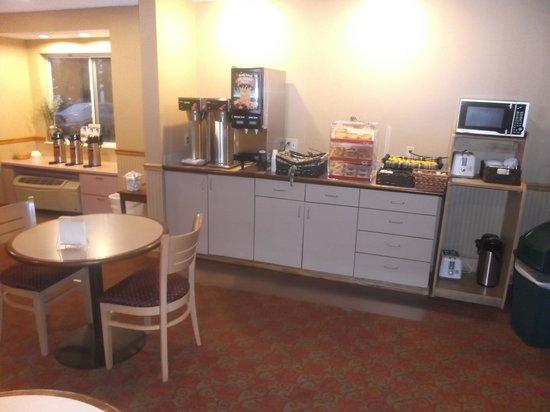 Americas Best Value Inn - East Syracuse: Continental breakfast buffet / 12 août 2013.