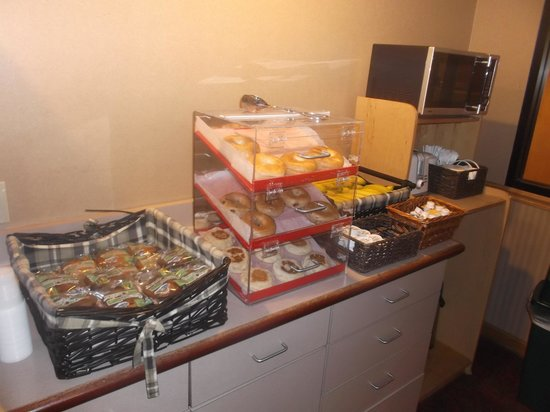 Americas Best Value Inn - East Syracuse: Continental breakfast buffet / 12 août 2013.