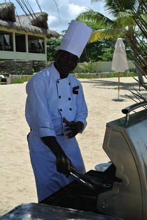 Zoetry Agua Punta Cana: Ebege, excellent chef du barbecue plage