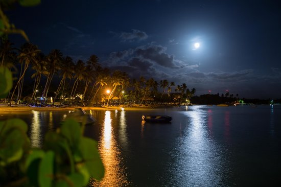 Dreams La Romana Resort & Spa: Beach at night