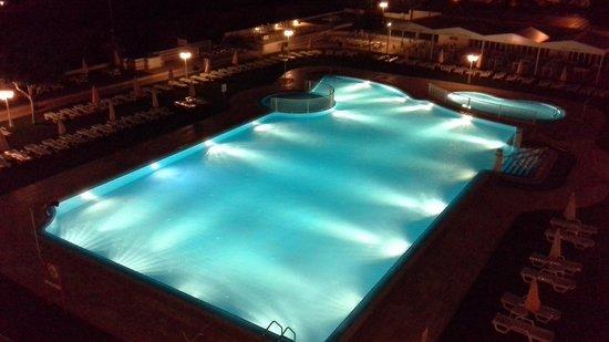 Hotel Apartamento Brisa Sol: Pool at night.