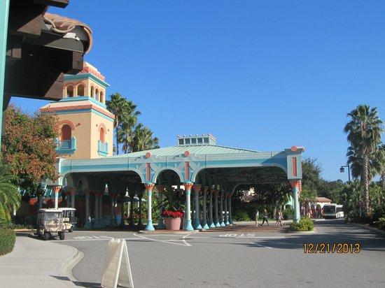 Disney's Coronado Springs Resort : Checkinn area/ bus stop