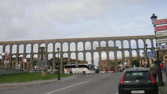 Aquädukt von Segovia: Aqueduct built by the Romans 2000 years ago