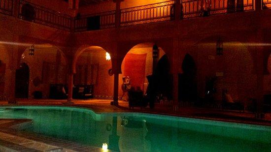 Guest House Merzouga: Piscina di notte