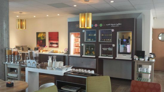 Novotel Suites Reims Centre: breakfast area- beware may not be included in your room rate