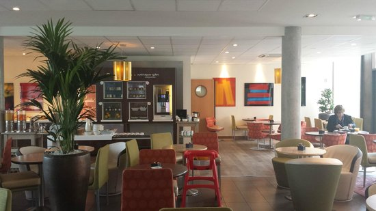 Novotel Suites Reims Centre: breakfast area- no sign warning of extra charges here