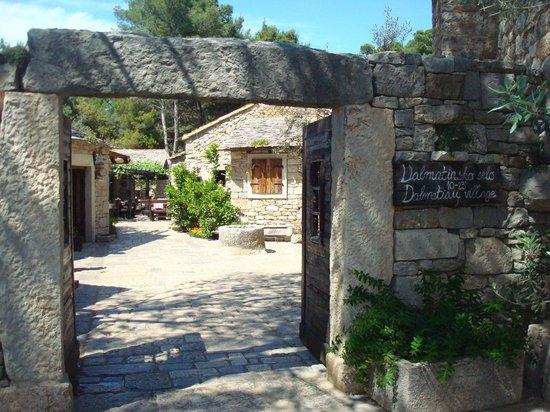 Solaris Hotel Ivan: Steinhäuschen im Restaurant Dorf