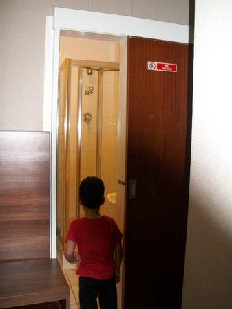 Oliver Hotel: tiny bathroom
