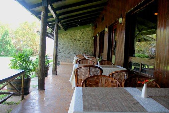 Anandvan Resort : Outdoor dining area at restaurant 'The Oak'