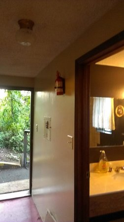Deer Lodge Motel: fire extinguisher 10 ft from kitchen