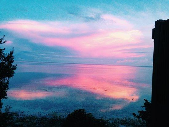Eskaya Beach Resort & Spa: Pink and Blue Sunset at the Handuraw Spa