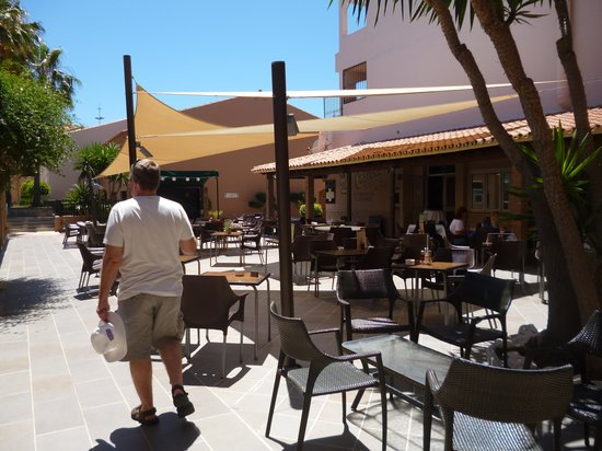 Los Amigos Beach Club: outside the resturant