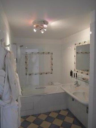 Hotel d'Orsay - Esprit de France: sparkling bathroom