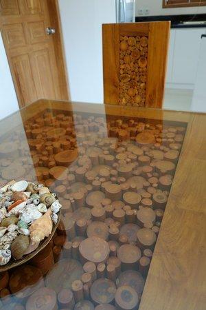 Poinciana Oceanside Resort & Retreat Centre: Wunderbare gearbeiteter Tisch / Stuhl