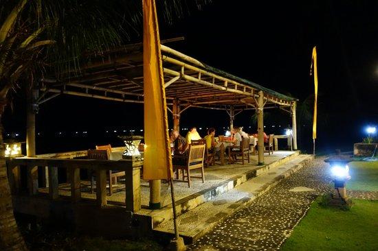 Poinciana Oceanside Resort & Retreat Centre: Abendessen direkt am Strand