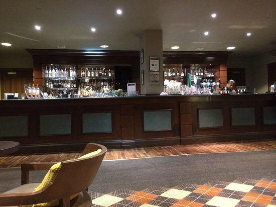 Fairmont St Andrews: bar covered in dirty glasses
