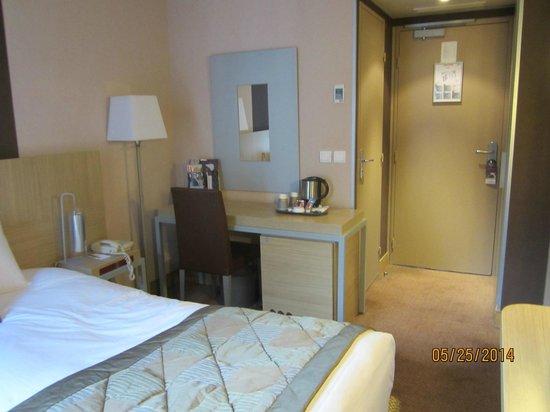Mercure Paris Gobelins Place d'Italie : Room 407: Desk